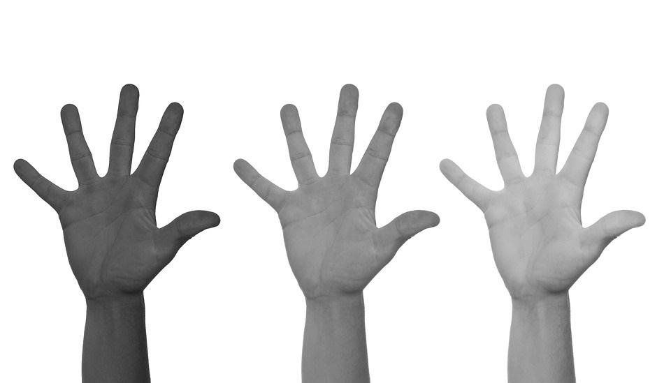 handen kleuren zwart wit